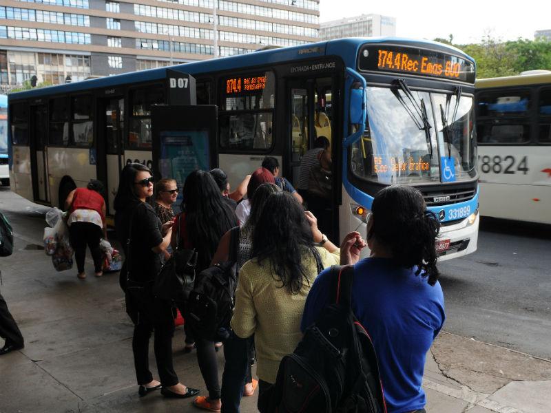 Pessoas esperam para embarcar em transporte público por ônibus em Brasília
