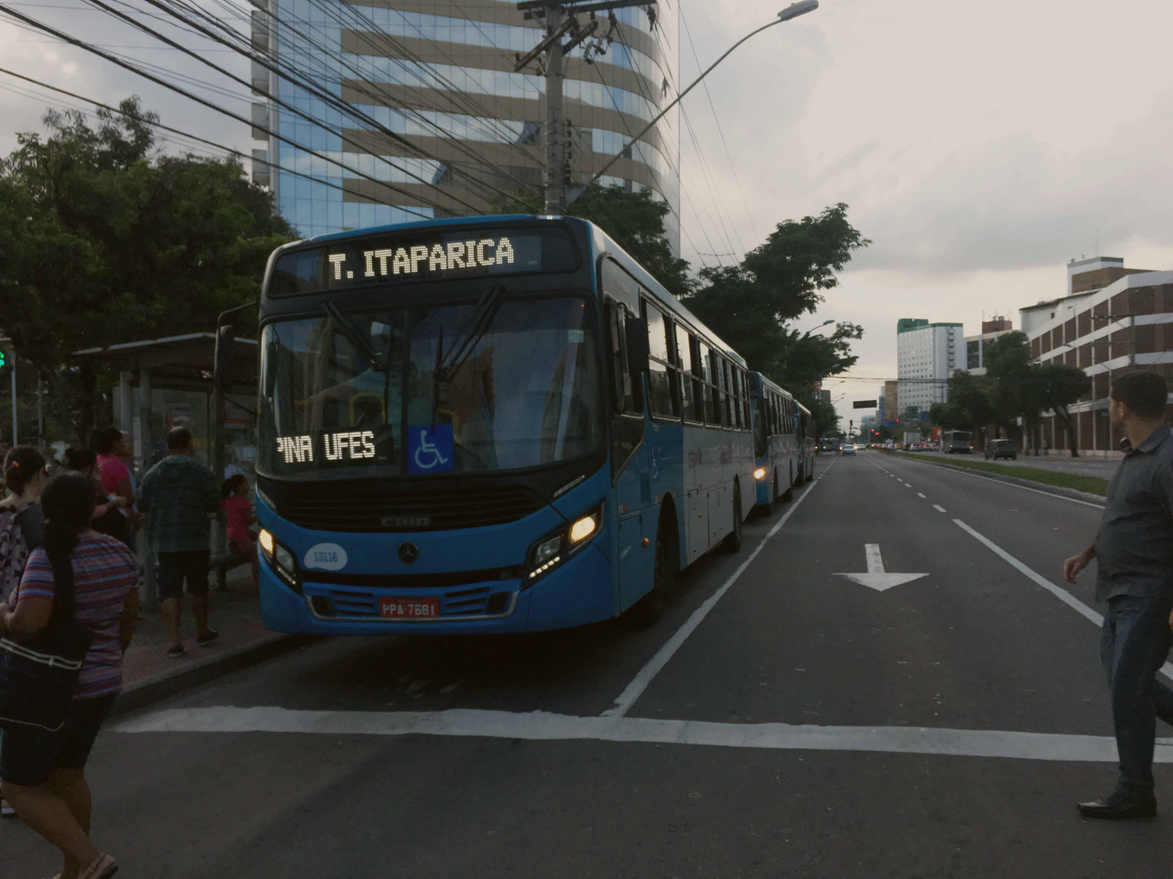 Economia, praticidade e necessidade. Esses são os principais motivos pelos quais os brasileiros preferem o transporte coletivo por ônibus em detrimentos dos outros, como metrô ou transporte individual (carros e taxis).