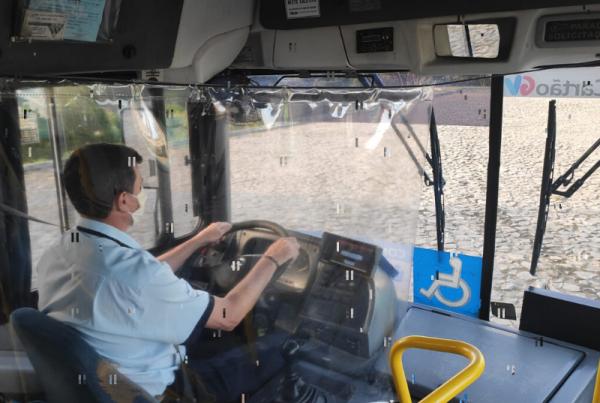 Os motoristas ganharam uma proteção de plástico próximo ao volante