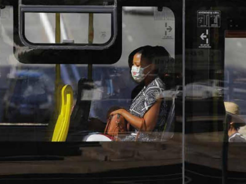 Estudos mostram que o equipamento de proteção pode ser eficaz na luta contra a Covid-19. Usar a máscara é ação necessária no transporte coletivo e em locais públicos