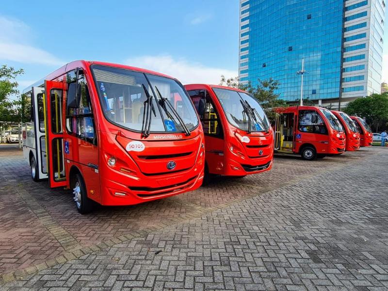 Ao todo serão entregues 24 novos ônibus para o Serviço Mão na Roda. Hoje as empresas, junto com o Governo do Estado, fizeram a entrega dos primeiros 13 veículos