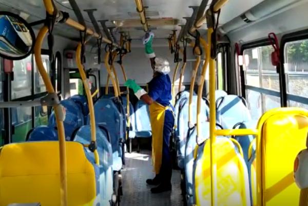 Limpeza é reforçada nos ônibus para diminuir os riscos de contaminação pela covid-19 e garantir a segurança de passageiros e funcionários